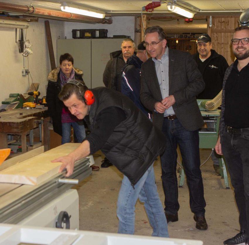 Fachmännische Arbeit: Der langjährige Vorsitzende Jörg Querling demonstrierte die Funktion der neu eingerichteten Absaugeinrichtung. Foto: Rolf Kahl
